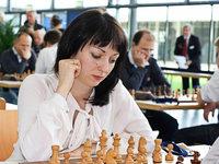 Schachspielerin spielt alleine gegen 40 Gegner am Brett