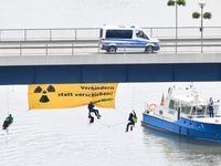 Aktivisten blockieren Castor-Transport auf dem Neckar