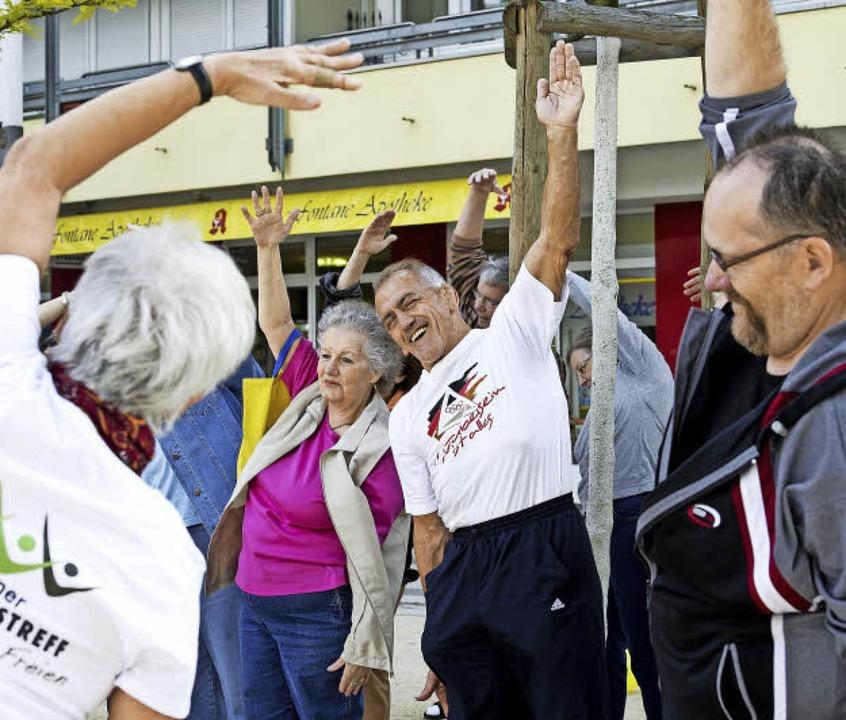 Bewegung an der frischen Luft  tut gut...e auch für ältere Menschen, mitmacht.   | Foto: PATRICK SEEGER