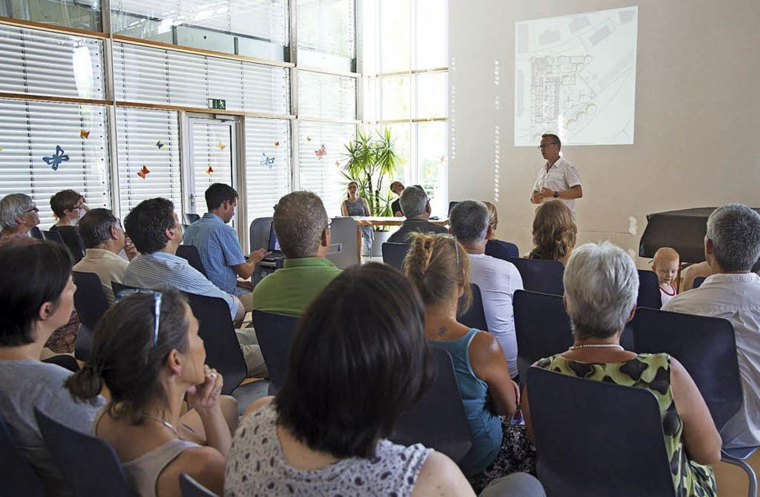 Architekt Thorsten Fünfgeld stellt das Raumkonzept vor.     Foto: V. Münch