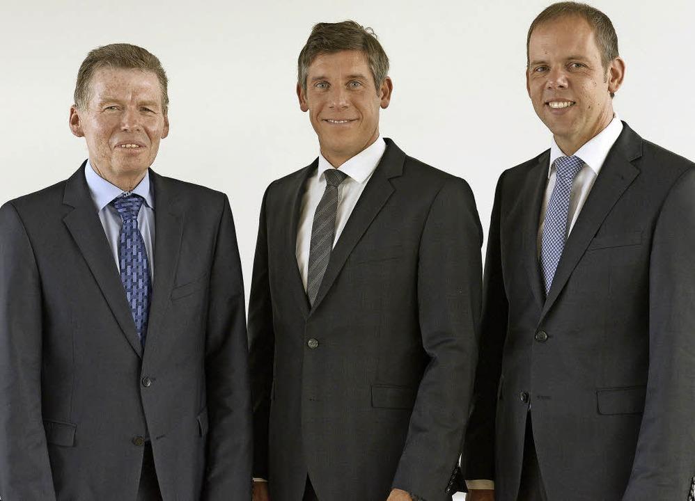Reinhard Disch (links) gibt nach 22  J...Marc Ullrich (Mitte) und Jörg Straub.   | Foto: Ingo Schneider