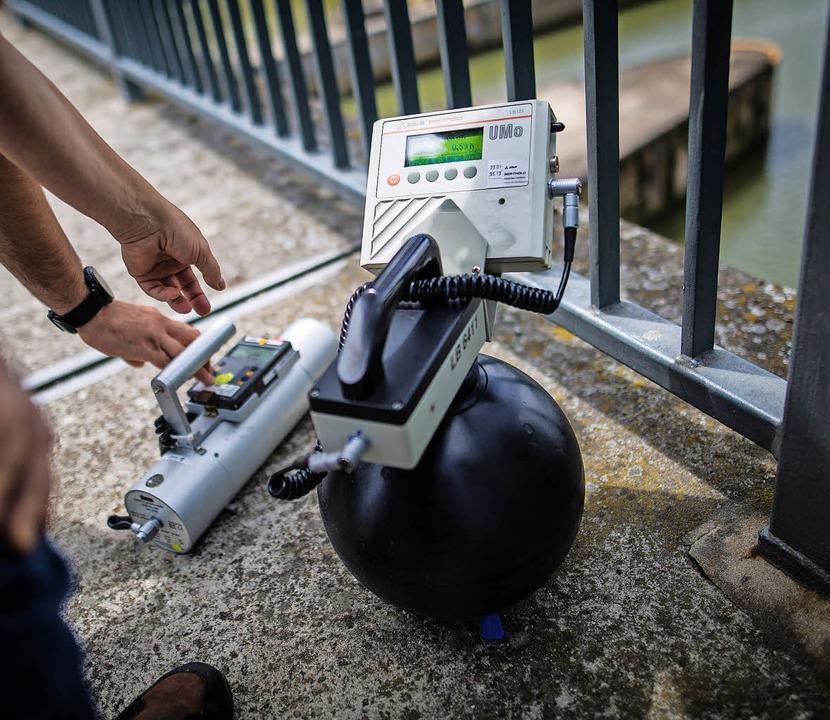 Wie stark ist die Strahlung? Messgerät auf einer Neckarbrücke   | Foto: dpa