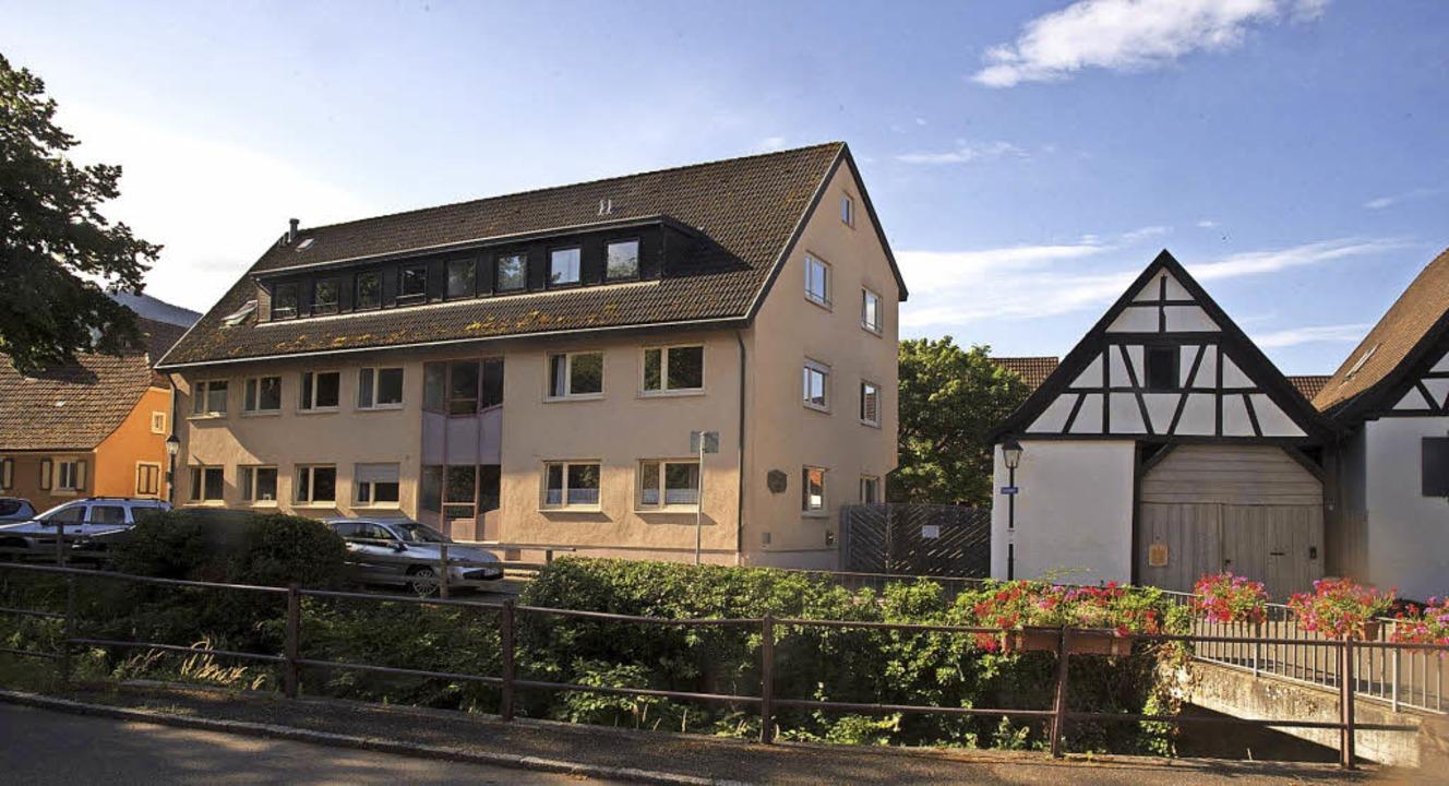Dieser Gebäuderiegel in Niederweiler s...er Neukonzeption der Bebauung weichen.  | Foto: Volker münch