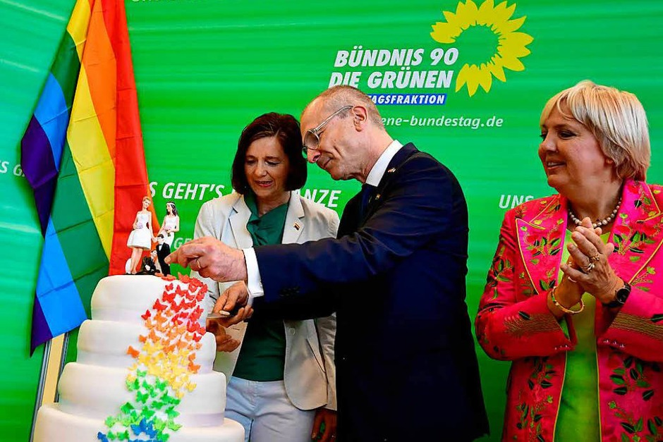 Abgeordnete und Zuschauer im Bundestag feierten die Entscheidung für die Ehe für alle. (Foto: AFP)