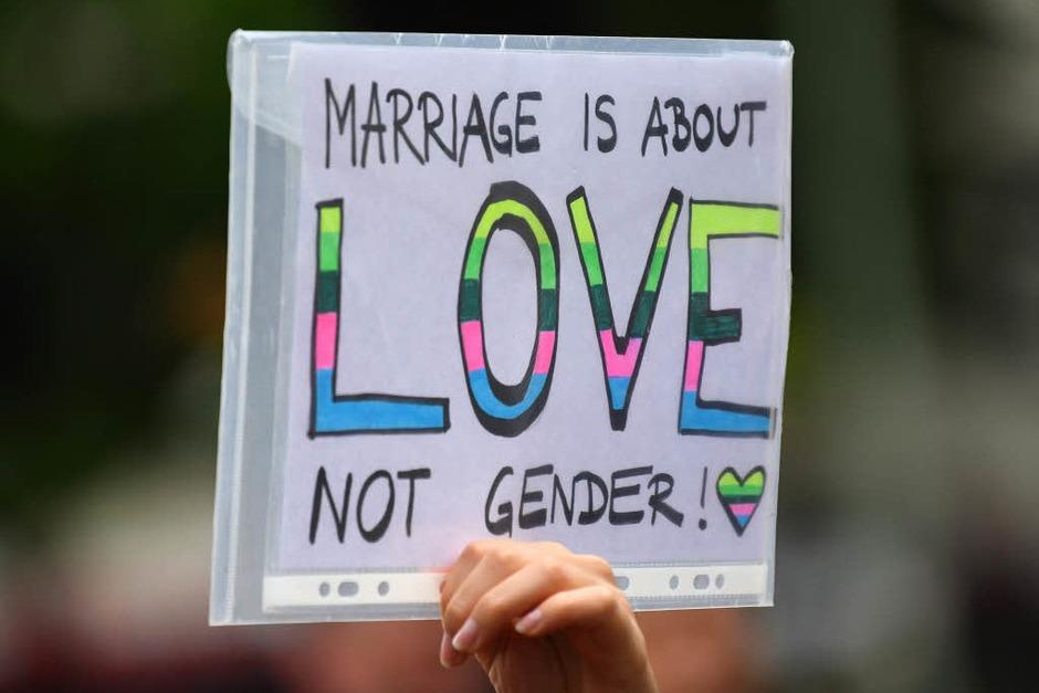 Abgeordnete und Zuschauer im Bundestag feierten die Entscheidung für die Ehe für alle. (Foto: dpa)