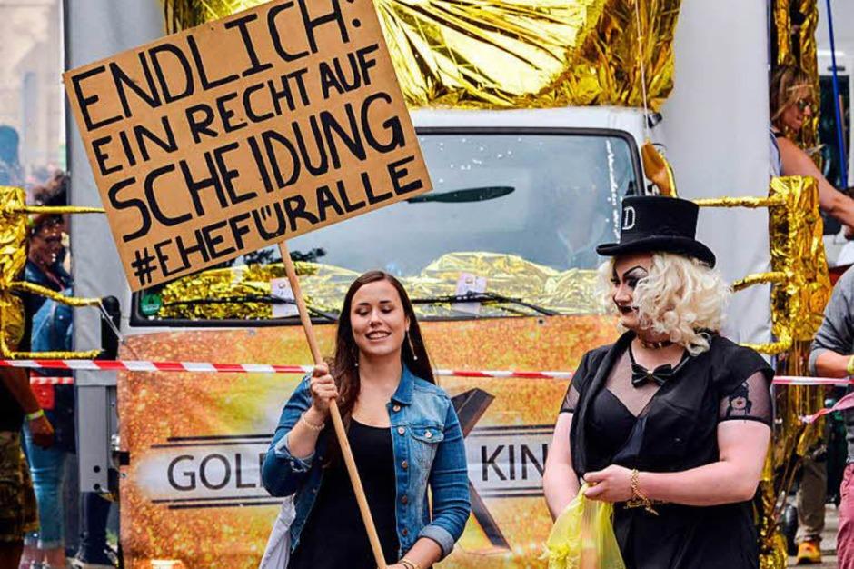 Tausende feiern in Freiburg den Christopher-Street-Day. (Foto: dpa)