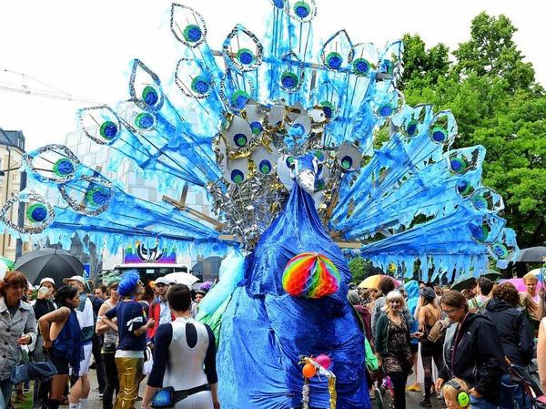 Tausende feiern in Freiburg den Christopher-Street-Day.