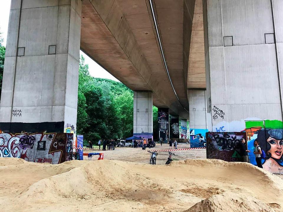 Die Bridge Gallery unter der Autobahn ...rach ist eine perfekte Party-Location.  | Foto: Tamara Keller