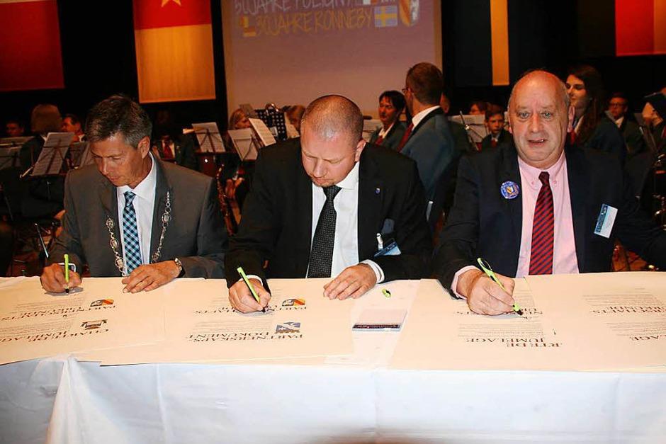 Die Bürgermeister Christof Nitz (Schopfheim), Roger Fredriksson (Ronneby) und Dominique Bonnet unterzeichnen erneut die Partnerschaftsurkunden (Foto: Marlies Jung-Knoblich)
