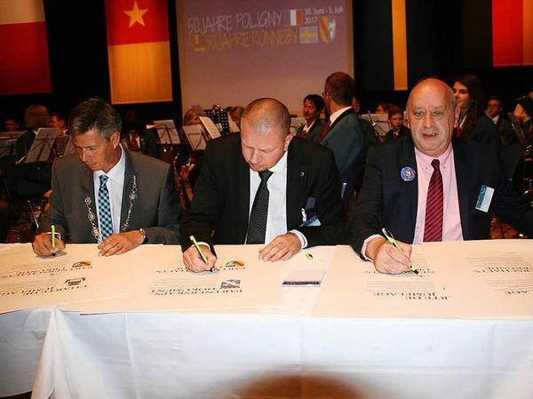 Die Bürgermeister Christof Nitz (Schopfheim), Roger Fredriksson (Ronneby) und Dominique Bonnet unterzeichnen erneut die Partnerschaftsurkunden