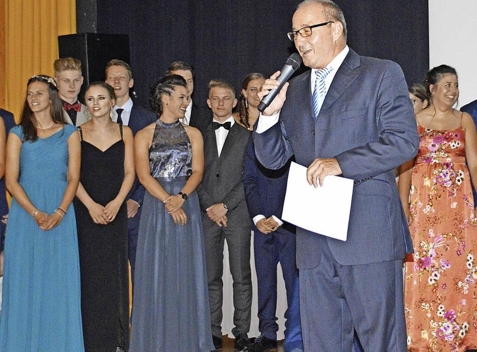 Schulleiter Manfred Stratz mit glücklichen Abiturienten  | Foto: H. Gollin