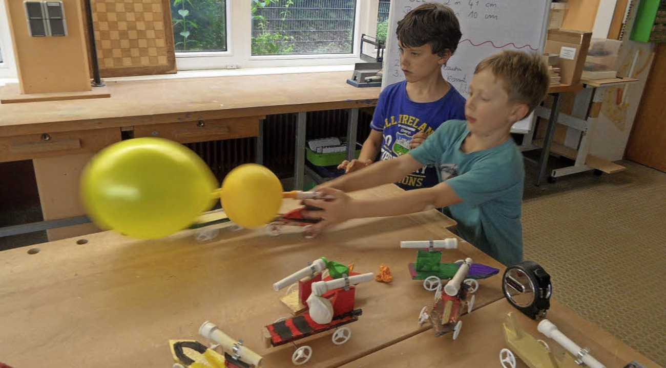 Bei den Projekttagen der Sommerbergsch...uge mit Raketen-(Luftballon-)Antrieb.   | Foto: Josef Faller