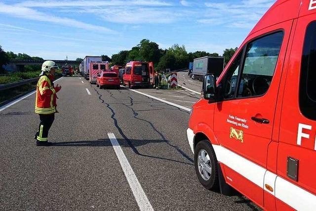Gasflaschen nach Unfall auf der A5 bei Neuenburg abtransportiert