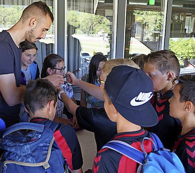Zum Abschied verteilte Daniel Simoes  Autogramme an die Kinder.  | Foto: Frieder Janus