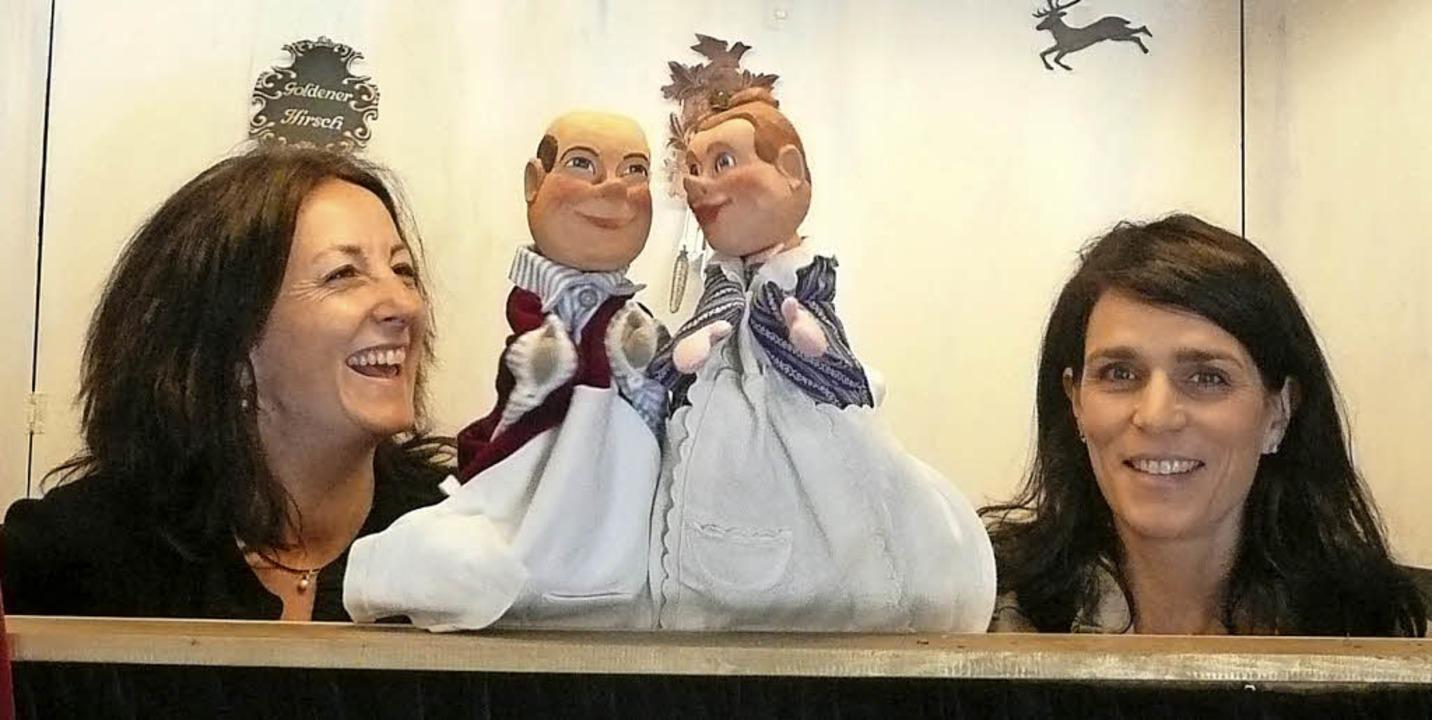 Beate Metzler (links) und Marita Moosm... Bühnenfenster ihres Garagentheaters.   | Foto: Martina Seiler