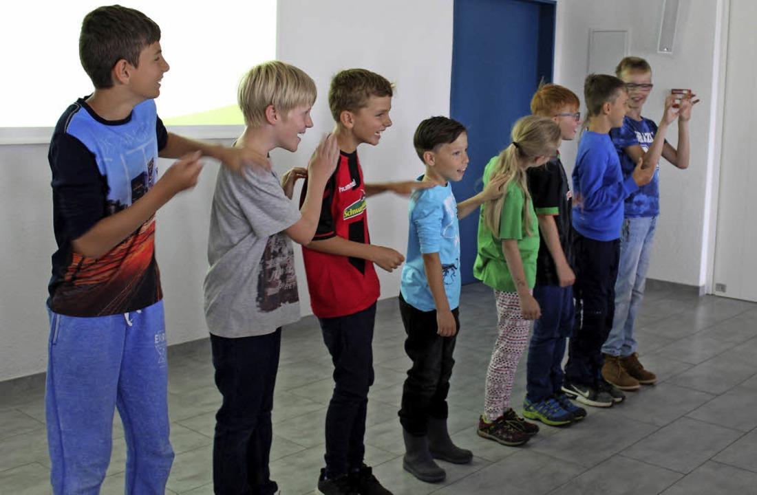 Die Jungen stellen eine Stromleitung nach.  | Foto: Benedikt Metzger