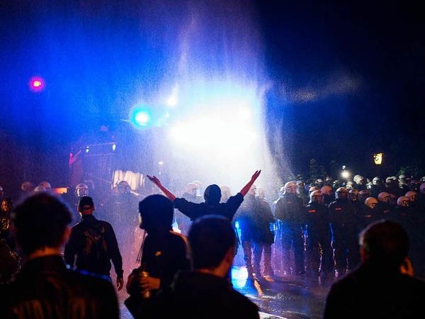 Ein Wasserwerfer spritzt  am Neuen Pferdemarkt in St. Pauli Wasser auf eine Menschenmenge. Hunderte Menschen hielten sich auf der Straße auf und behinderten den Verkehr
