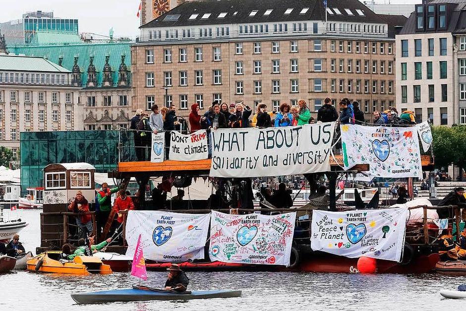 """Teilnehmer der """"Protestwelle"""" gegen den G-20-Gipfel auf der Binnenalster (Foto: dpa)"""