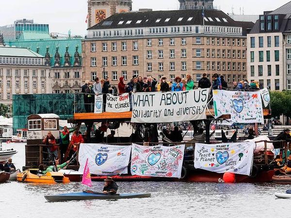 """Teilnehmer der """"Protestwelle"""" gegen den G-20-Gipfel auf der Binnenalster"""
