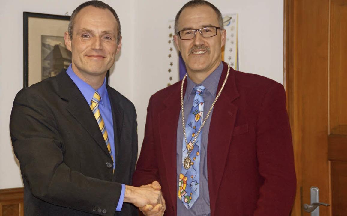 Dezember 2012: Dirk Pfeffer (links) gr...zum Amt des Bürgermeisters von Tunau.   | Foto: bilder:Wehrle (2)/zvg
