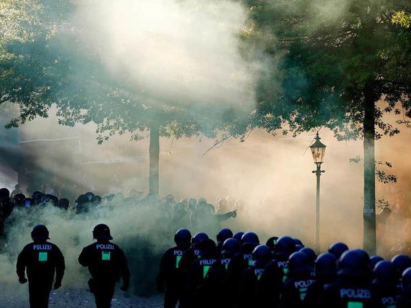 Die G-20-Proteste in Hamburg sind eskaliert. 159 Beamte sind verletzt, 45 Menschen wurden festgenommen.