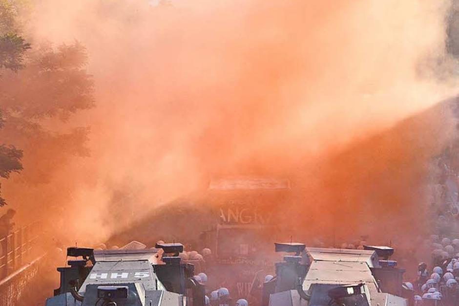 Die G-20-Proteste in Hamburg sind eskaliert. 159 Beamte sind verletzt, 45 Menschen wurden festgenommen. (Foto: dpa)