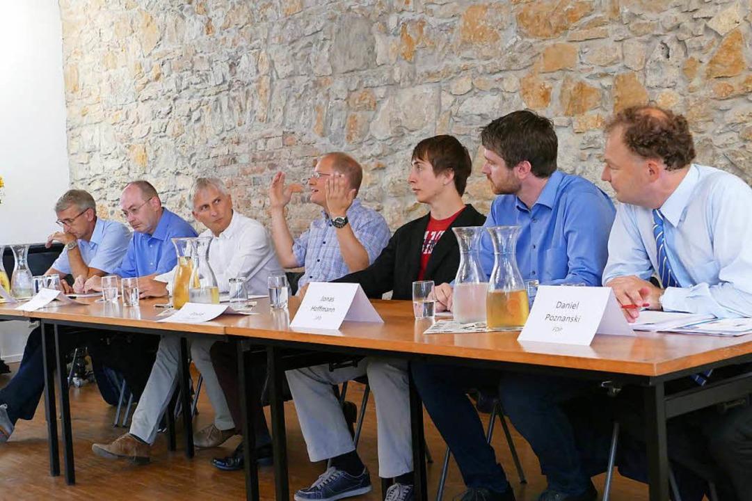 Moderator Matthias Zeller (Mitte) leit...e Diskussion der Bundestagskandidaten.  | Foto: Kathrin Ganter