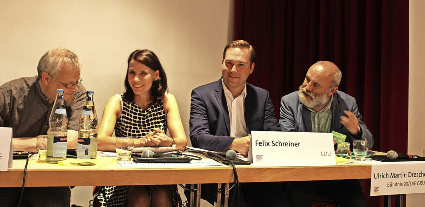 Tobias Pflüger, Rita Schwarzelühr-Sutt...nd Ulrich Martin Drescher im Gespräch   | Foto: Erich Krieger