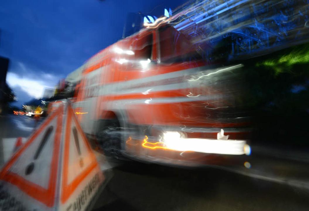 Dachstuhlbrand im Freiburger Stadtteil Mooswald.  | Foto: dpa