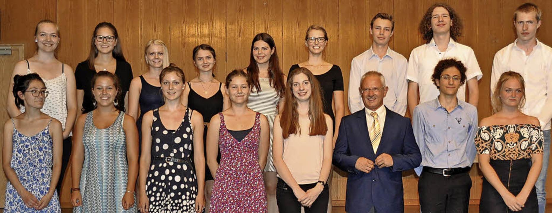16 Schülerinnen und Schüler erhielten ...us Hartheim, der die Abiturrede hielt.  | Foto: Rainer Ruther