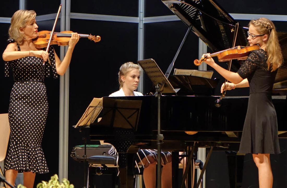 Zu Ehren der Preisträger des Lothar-Sp...oline) einen bewegenden Satz von Bach.  | Foto: Roswitha Frey