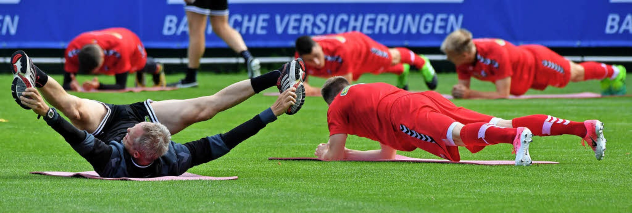 Christian Streich und seine Kicker  re... Vorbereitung auf kommenden Aufgaben.     Foto:  DPA