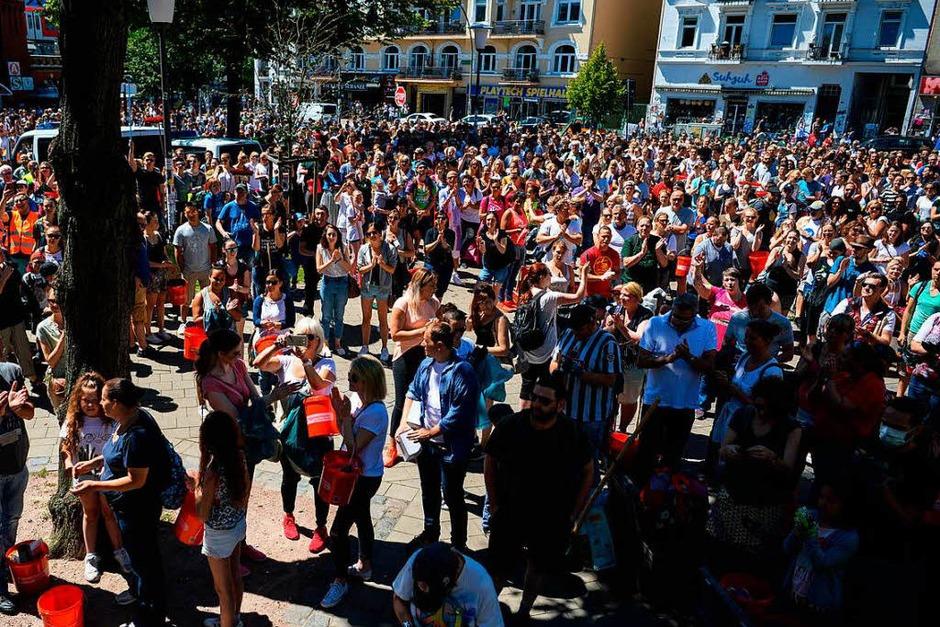 Eine Hamburgerin mobilisierte auf Facebook mehrere tausend Menschen für die Aufräumarbeiten (Foto: dpa)