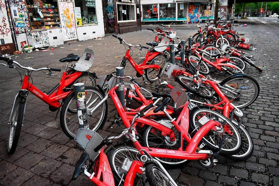 Zerstörte Fahrräder einer Fahrradleihstation liegen auf dem Boden (Foto: dpa)