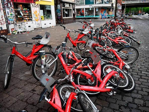 Zerstörte Fahrräder einer Fahrradleihstation liegen auf dem Boden