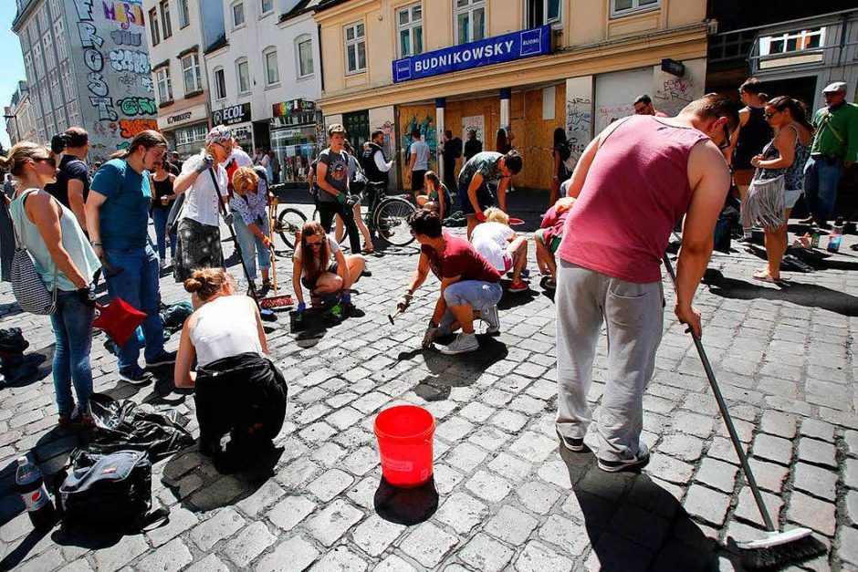 Die Teilnehmer der Aufräumaktion putzen das Schulterblatt im Schanzenviertel in Hamburg (Foto: dpa)
