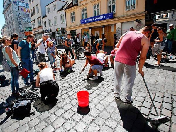 Die Teilnehmer der Aufräumaktion putzen das Schulterblatt im Schanzenviertel in Hamburg