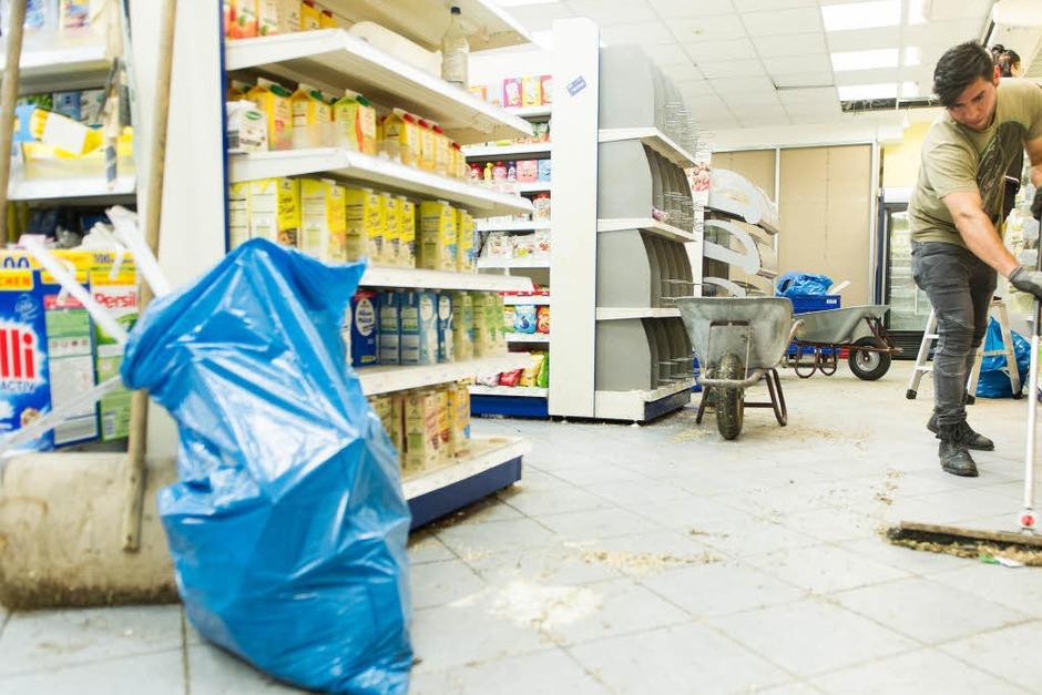 Aufräumarbeiten im Drogerimarkt Budnikowsky (Foto: dpa)