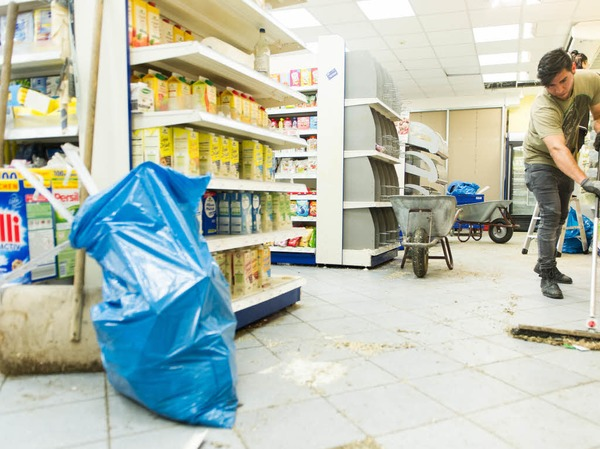 Aufräumarbeiten im Drogerimarkt Budnikowsky
