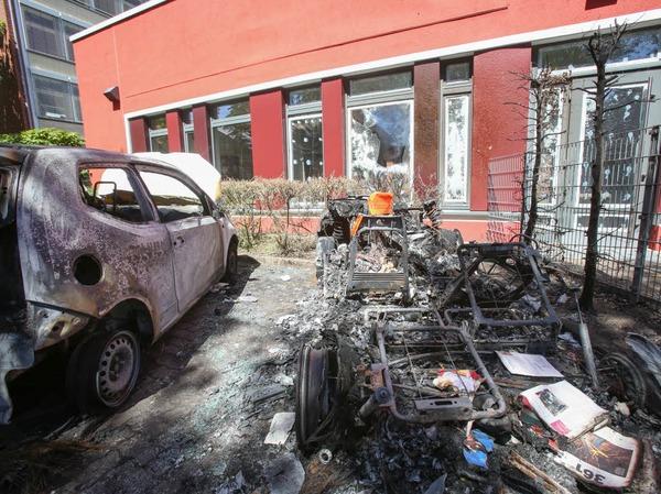 Zwei ausgebrannte Fahrzeuge stehen auf dem Hof einer Pflegeeinrichtung für Senioren in Altona