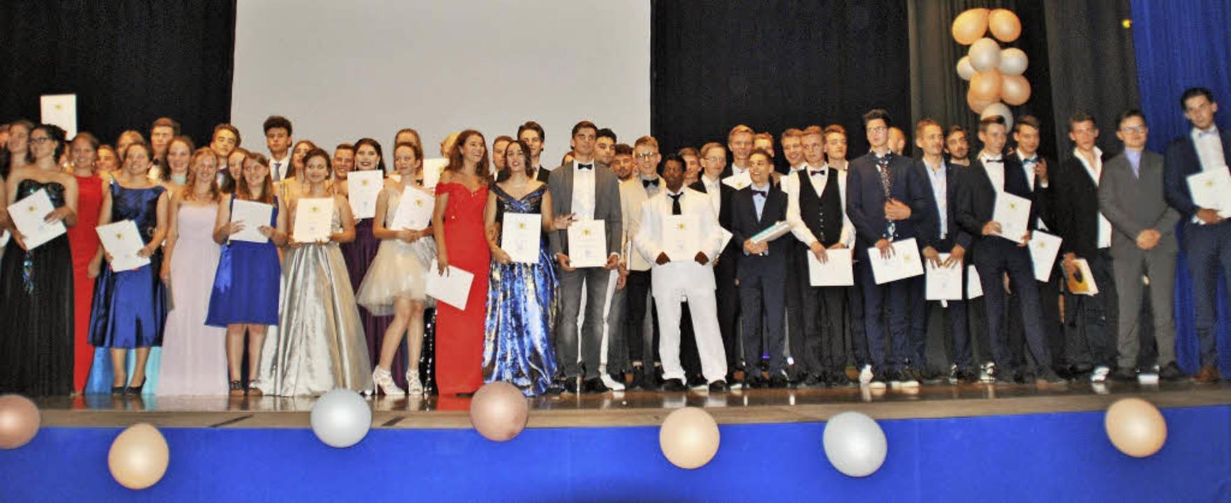 Halten ihr Zeugnis stolz in den Händen...enten der Freien Evangelischen Schule   | Foto: FES