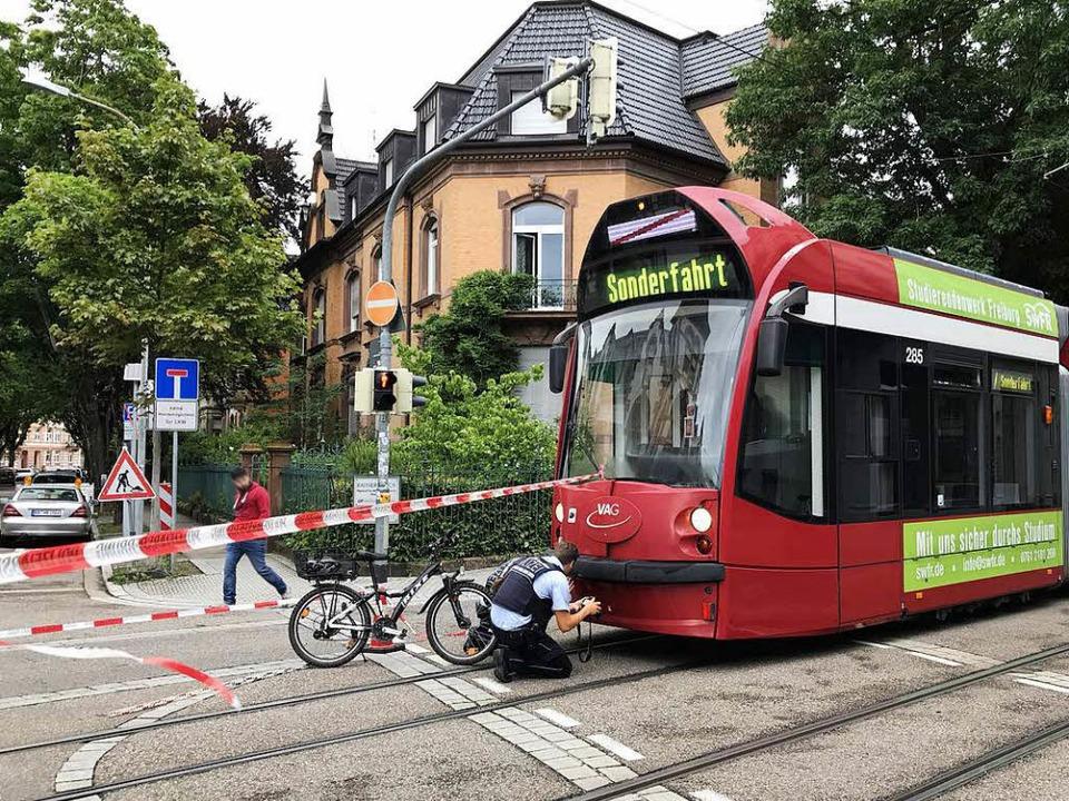 Eine Radfahrerin ist in Freiburg von einer Straßenbahn erfasst worden.  | Foto: Daniel Laufer