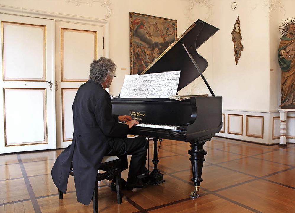 Ganz der klassische Pianist: William Cuthbertson in Frack und Lackschuhen.   | Foto: Regina Lorenz