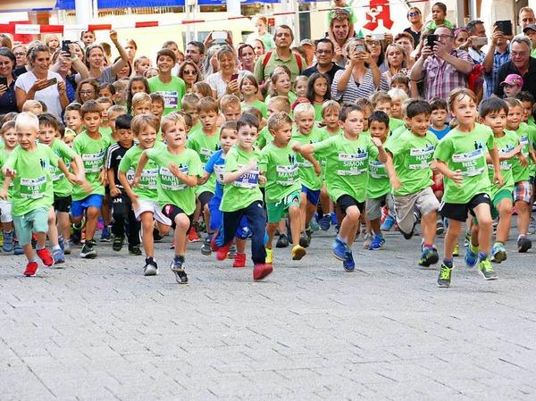 Bei der Trompetermelodie ging es  für die Jüngsten beim Bambini-Lauf los.