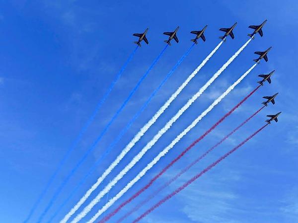 Alpha Jets zeichnen die französischen Nationalfarben in den Himmel über Paris