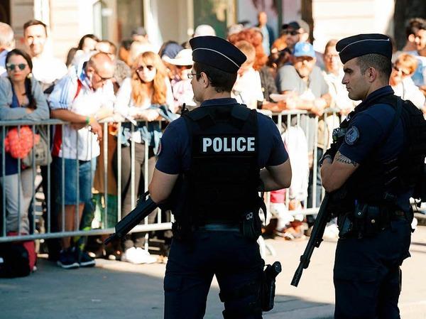 Die Zeremonie stand unter strengen Sicherheitsvorkehrungen, nach Ankündigung der Polizei schützten rund 3500 Polizisten die Parade