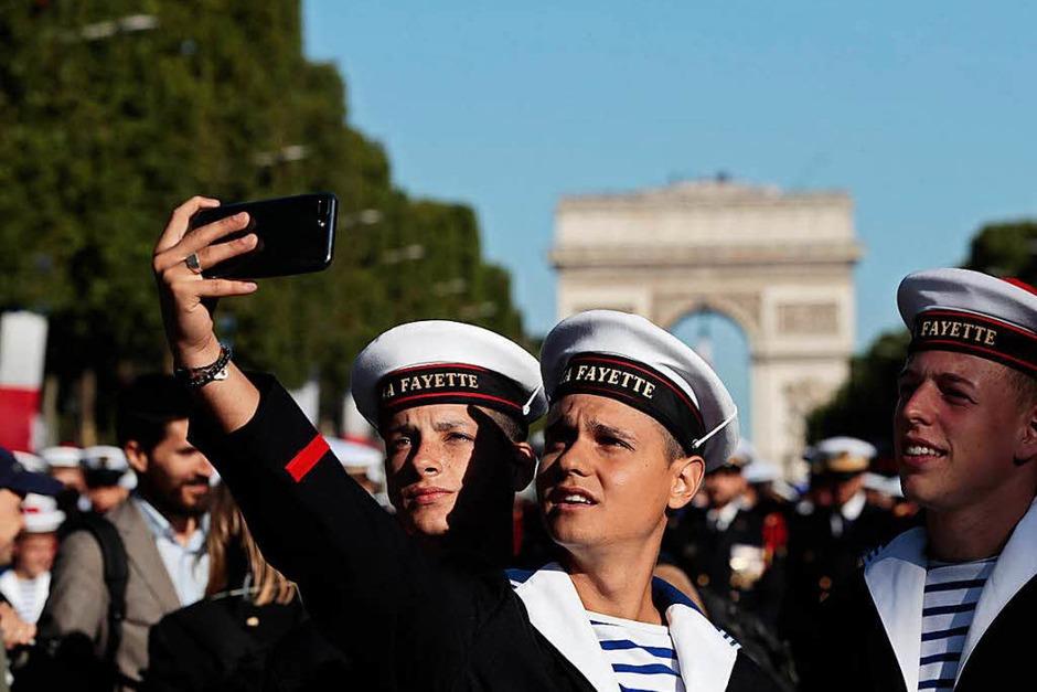 Französische Matrosen machen ein Selfie (Foto: AFP)