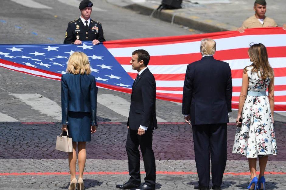 Ehepaar Trump und Ehepaar Macron stehen vor der amerikanischen Nationalflagge (Foto: AFP)