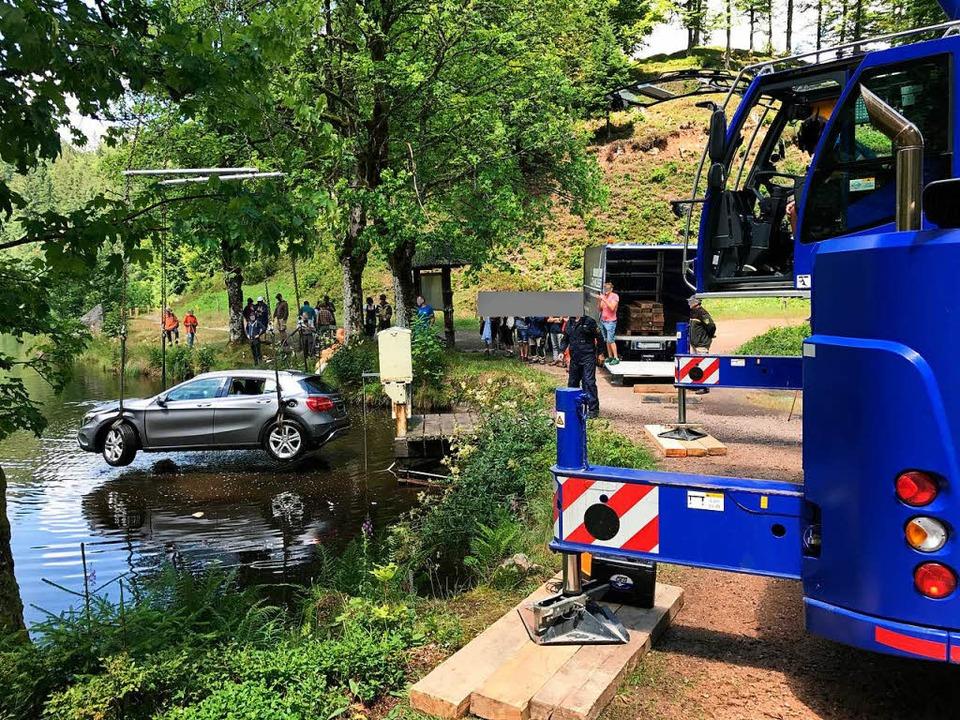 Mithilfe eines Krans konnte das Auto geborgen werden.    Foto: Polizei
