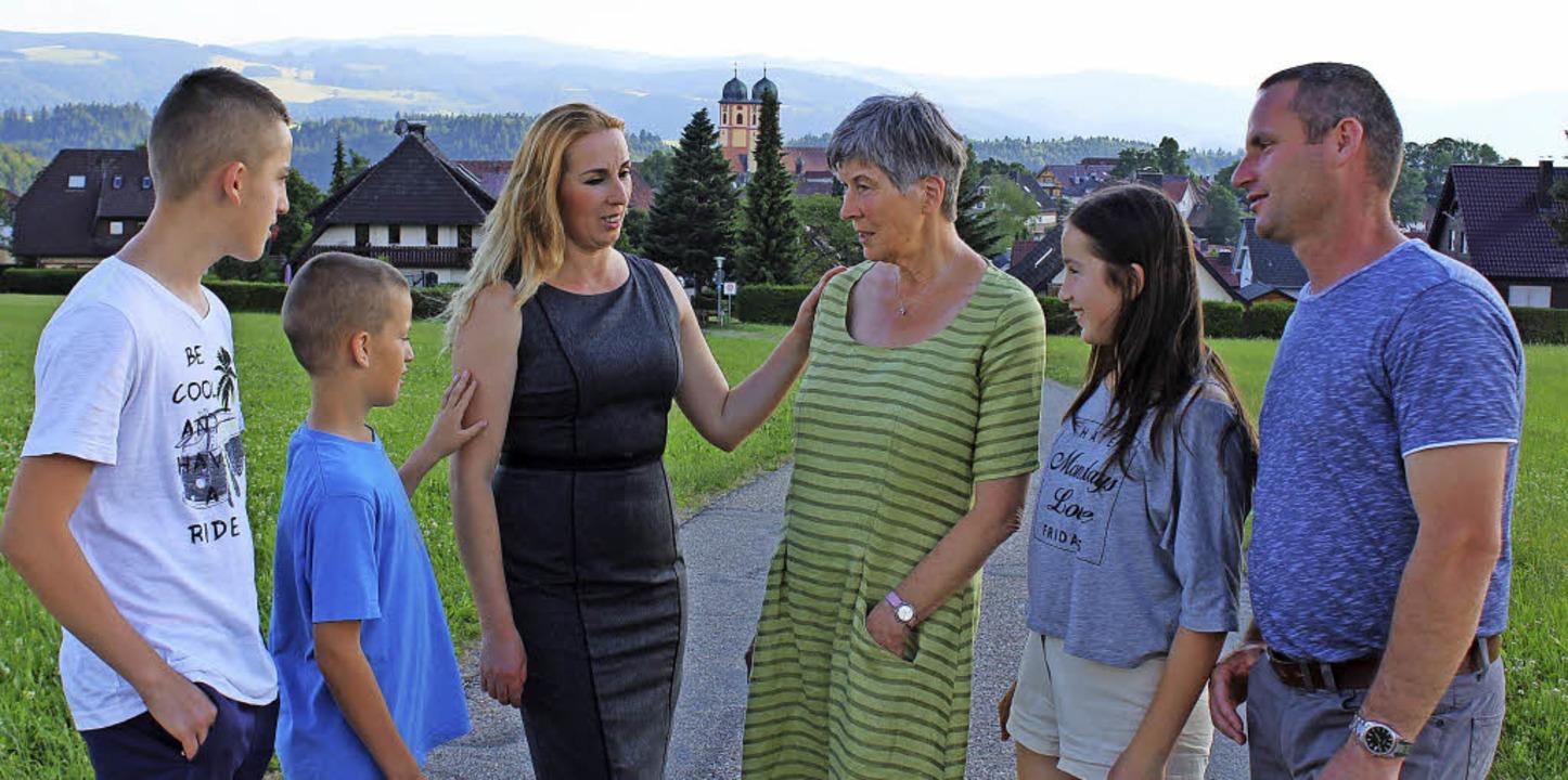 Petra Krödel (im grünen Kleid) mit ein...aber jederzeit die Abschiebung droht.   | Foto: Erich Krieger